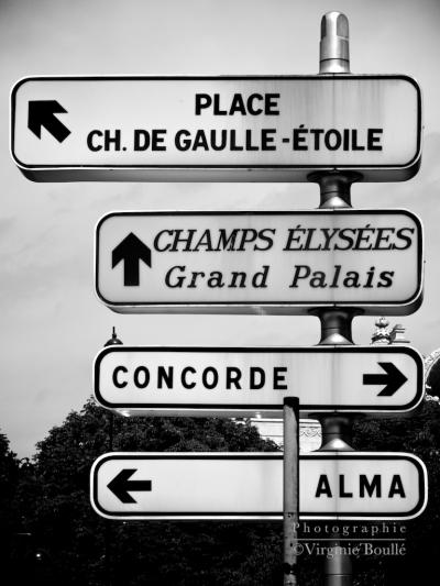 Panneau d'indication de directions, prés du Pont de L'Alma à Paris. Photographie Noire et blanc
